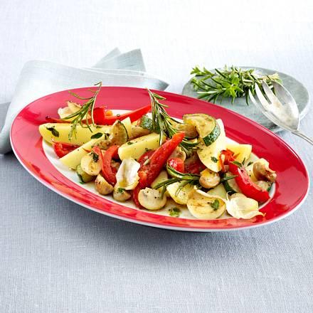 Lauwarmer Kartoffelsalat mit gebratenem Gemüse Rezept