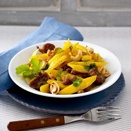 Lauwarmer Möhrensalat mit getrockneten Früchten, Cashewkernen und Koriander Rezept