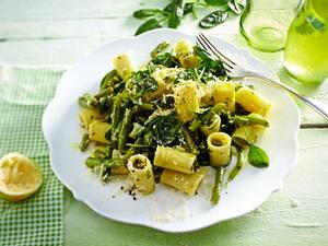 Lauwarmer Nudelsalat mit Bohnen und Spinat Rezept