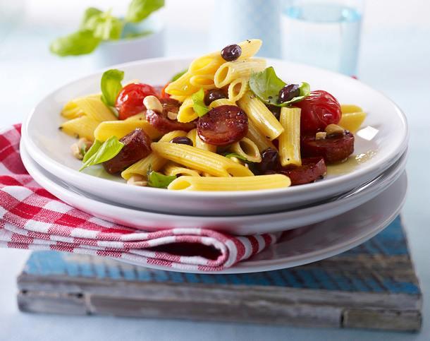 Lauwarmer Penne-Chorizo-Tomaten-Salat mit Erdnüssen und Basilikum Rezept