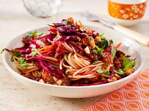 Lauwarmer Thai-Nudelsalat mit Rotkohlraspeln und Knusperhack Rezept