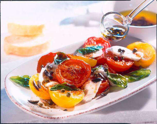 Lauwarmer Tomatensalat mit Kapernvinaigrette Rezept