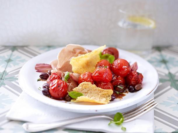 Lauwarmer Tomatensalat mit Parmesanchips und Parmaschinken Rezept