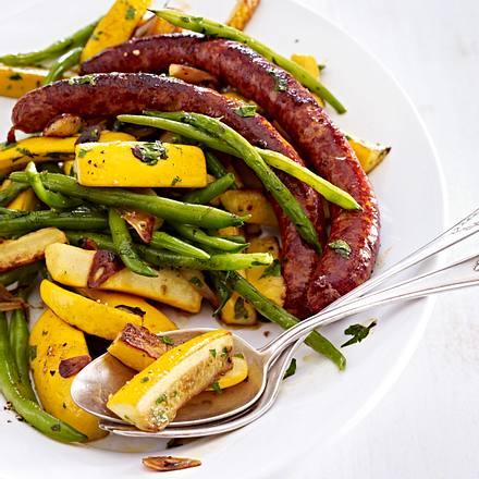 Lauwarmer Zucchini-Bohnen-Salat mit Lammwürstchen Rezept