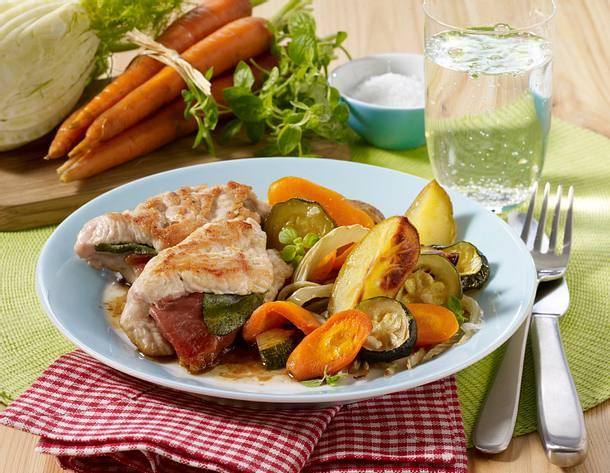 Leichtes Geflügel-Saltimbocca mit Kartoffelspalten und Gemüse Rezept