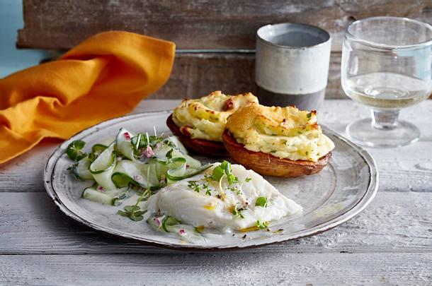 Limetten-Kabeljau mit Gurken-Kresse-Salat und gefüllter Speckkartoffel Rezept