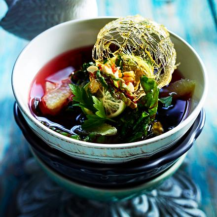 Limonensuppe mit Blattsalat, karamellisierte Mandeln Rezept