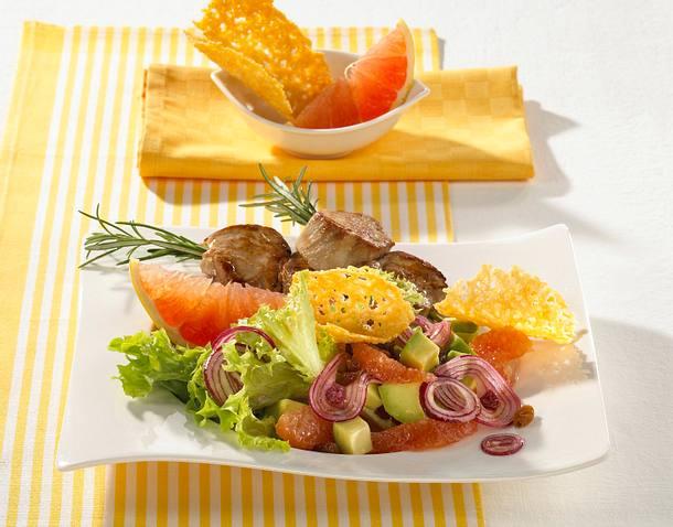 Lollo bianco mit Avocado, Grapefruit und Parmesanhippe, dazu Schweinemedaillonspieß Rezept