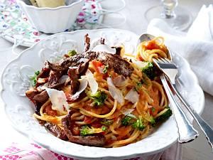 Mafianudeln (Spaghetti in Wodkasoße mit Steakstreifen) Rezept