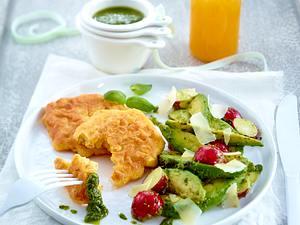 Maispuffer mit Avocado-Spalten, Radieschen und Basilikum-Pesto Rezept