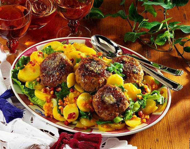 Majoranfrikadellen mit lauwarmem Kartoffelsalat Rezept