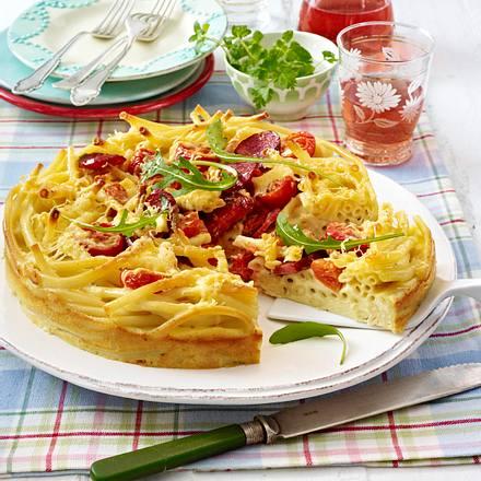 Makkaroni-Torte mit Kirschtomaten, Rauke und Cabanossi in Käse-Eier-Milch Rezept