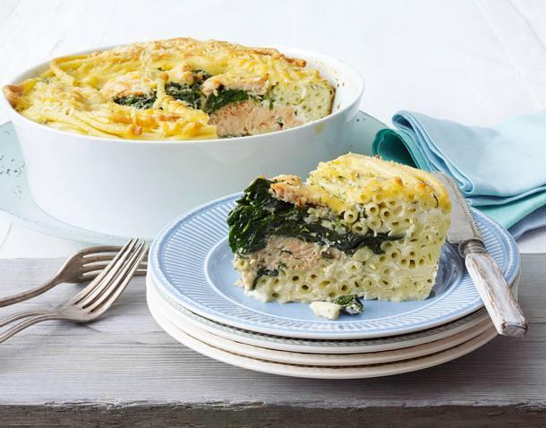 Makkaroni-Torte mit Lachs und Spinat Rezept