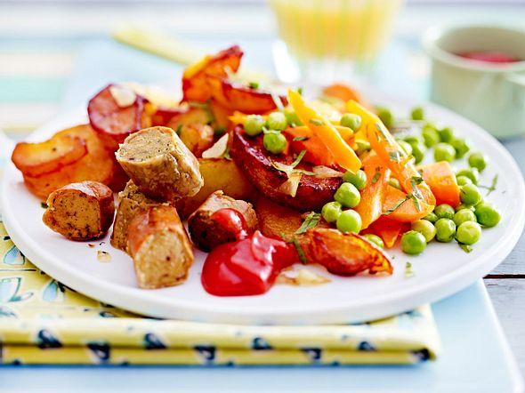 Mamas Bratkartoffeln mit Erbsen, Möhren & Würstchen Rezept