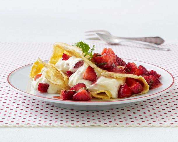 Mandel-Crêpes mit marinierten Erdbeeren und Vanillecreme Rezept