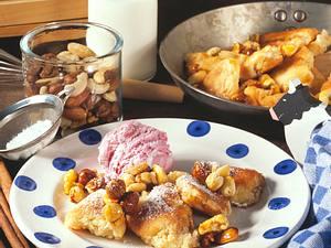 Mandel-Kaiserschmarren mit karamellisierten Nüssen und Kirsch-Sahne-Eis Rezept