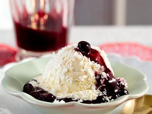 Mandel-Kokos-Eis mit heißen Heidelbeeren Rezept