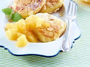 Mandel-Quarkkeulchen mit Apfelmus Rezept