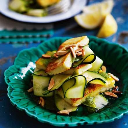Mandeliger Zucchini-Salat mit Halloumi Rezept