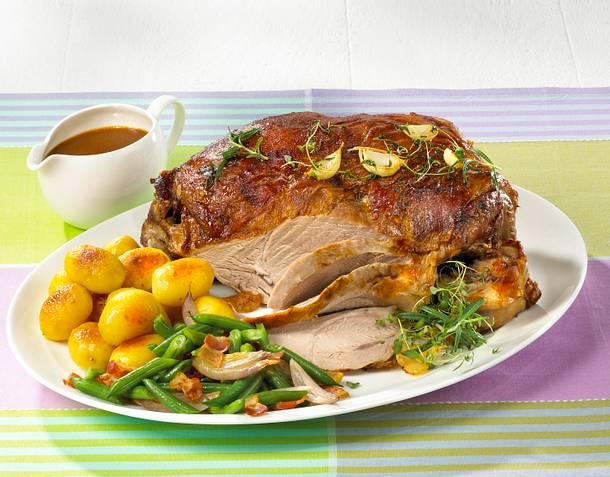 Marinierte Lammkeule mit grünen Bohnen und Röstkartoffeln Rezept