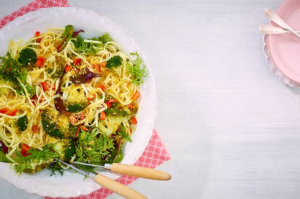 Marinierter Brokkoli auf Reisnudel-Salat Rezept