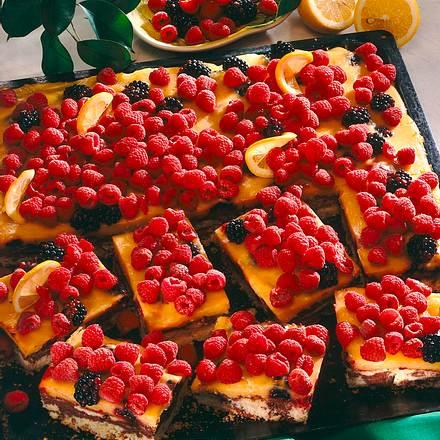 Marmorblechkuchen mit Pfirsichcurd und Beerenbelag Rezept