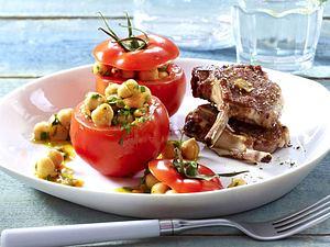 Marrokanisch gefüllte Tomaten mit Petersilien-Kichererbsensalat zu Lammkoteletts Rezept