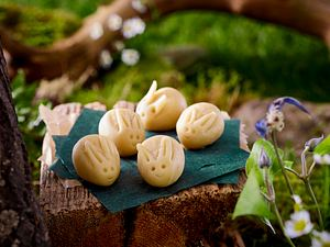 Marzipanhäschen zu Eierlikör-Hupf mit Schokogeheimnis Rezept