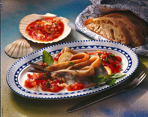 Matjes in Tomaten-Basilikum-Soße Rezept