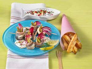 Matjes Schaschlik mit Dill-Apfel-Schmand und Pommes Frites Rezept