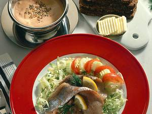 Matjes und Krabbensoße auf Salat Rezept