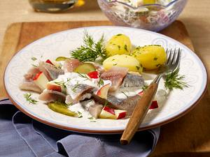 Matjesfilet mit Apfel-Gurken-Salat und Petersilienkartoffeln Rezept