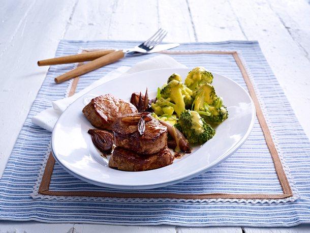 Medaillons mit lauwarmem Brokkolisalat Rezept