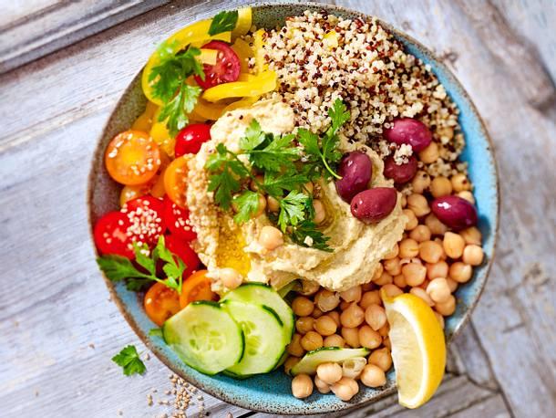 Mediterrane Bowl mit Quinoa und Hummus Rezept