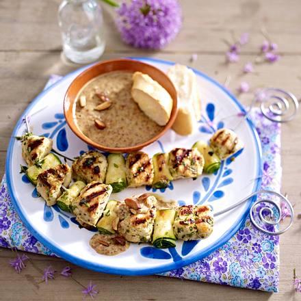 Mediterrane Hähnchenspieße mit Mandeldip Rezept