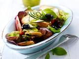 Mediterraner Brotsalat mit Tomaten, Zucchini, Oliven und Basilikum-Vinaigrett Rezept