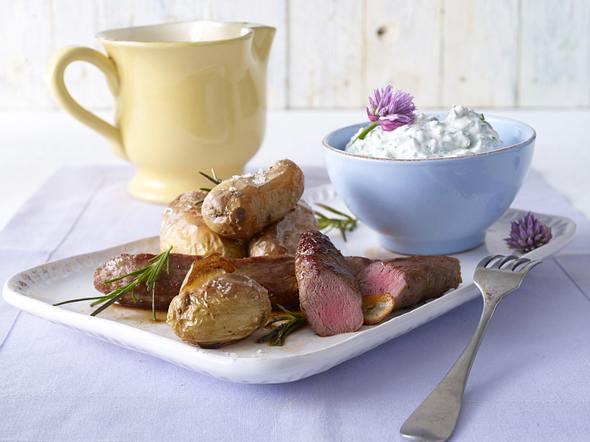 Mediterraner Kräuterkäse mit Ofenkartoffeln und Lammfilet Rezept