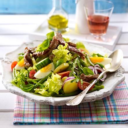 Mediterraner Salat mit Rumpsteakstreifen Rezept
