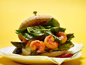Meerburger – Burger mit Garnelen, grünem Spargel, gegrillter Zitrone und Chilisoße Rezept