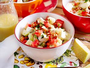 Melonen-Paprika-Salat mit Rauchmandeln Rezept