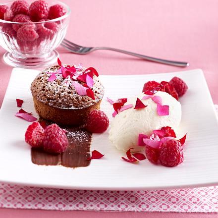 Milchschokoladen-Törtchen mit weißer Schokoladen-Mousse und Rosenblättern Rezept