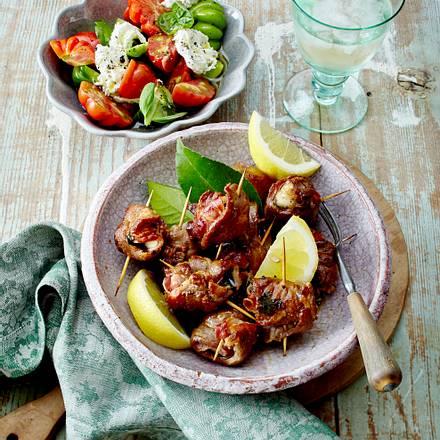 Mini-Schweinenacken-Rouladen mit Käse und Burrata-Tomatensalat Rezept