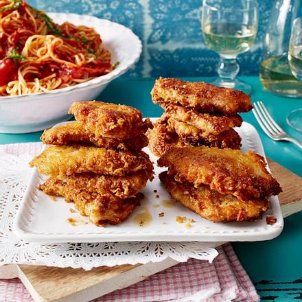 Mini-Schweineschnitzel in Parmesan-Hülle mit Spaghetti und Tomatensoße Rezept