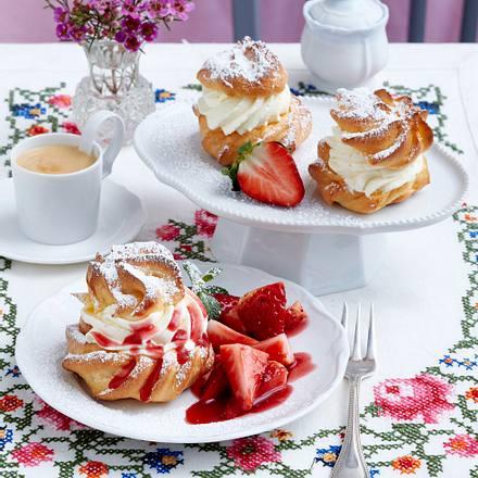 Mini-Windbeutel mit Vanillesahne zu Erdbeersalat Rezept