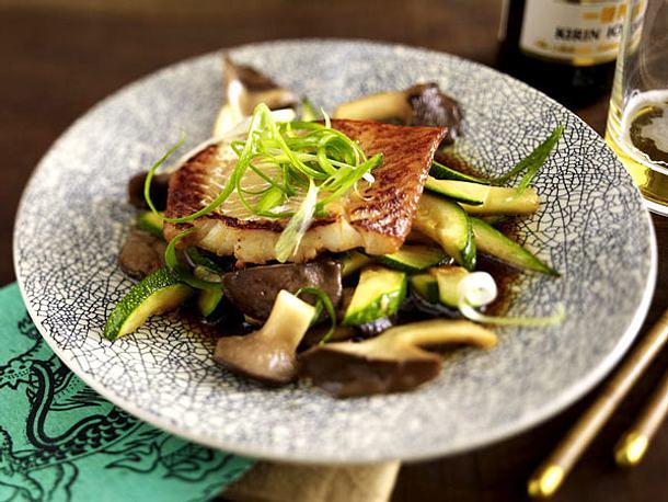 Miso-Fisch mit Kräuterseitlingen und Zucchini Rezept