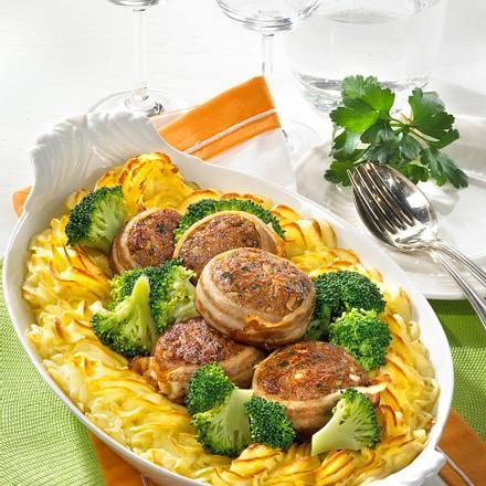 Mit Speck umwickelte Sonntags-Frikadellen im Püree-Rand, dazu Senf-Rahm und Broccoli Rezept