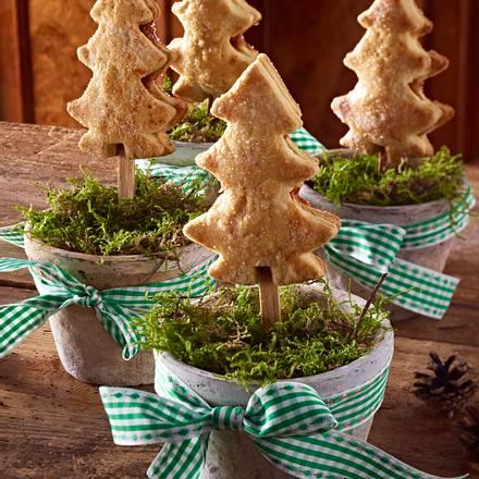 mit trockenfr chten gef llte weihnachtsbaum kekse am stiel. Black Bedroom Furniture Sets. Home Design Ideas