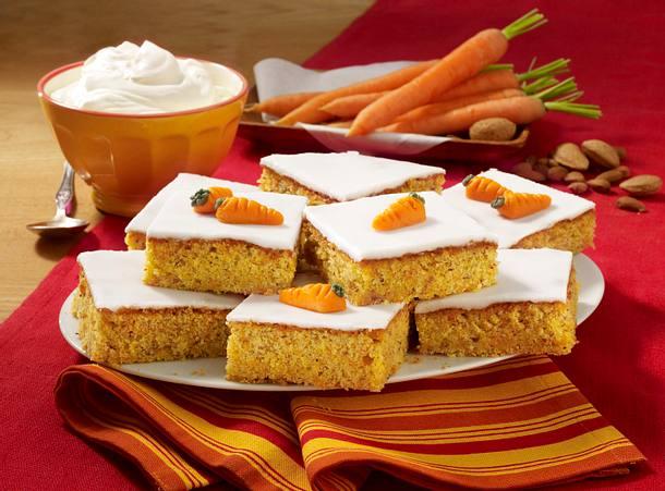 Möhren-Blechkuchen mit Zitronenguss Rezept