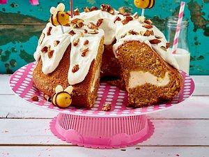 Möhren-Cheesecake-Napfkuchen mit Marzipanhummeln Rezept
