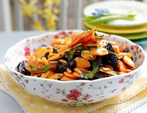Möhren-Pflaumen Salat mit Pinienkernen Rezept